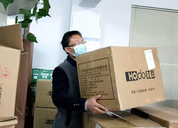 图一:彭涛正在搬运物资.jpg