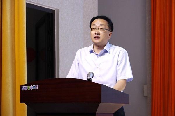 图四:县教体局副主任科员余伟致辞.JPG