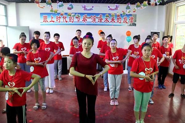县实验小学齐书红老师为特校学生上舞蹈课.JPG
